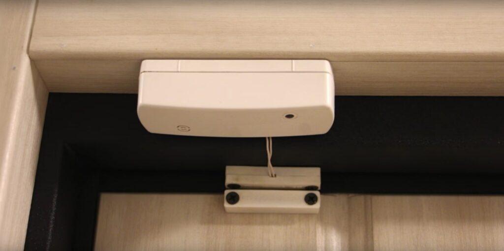 Пример небезопасной установки беспроводного датчика открытия СМК на металлических дверях