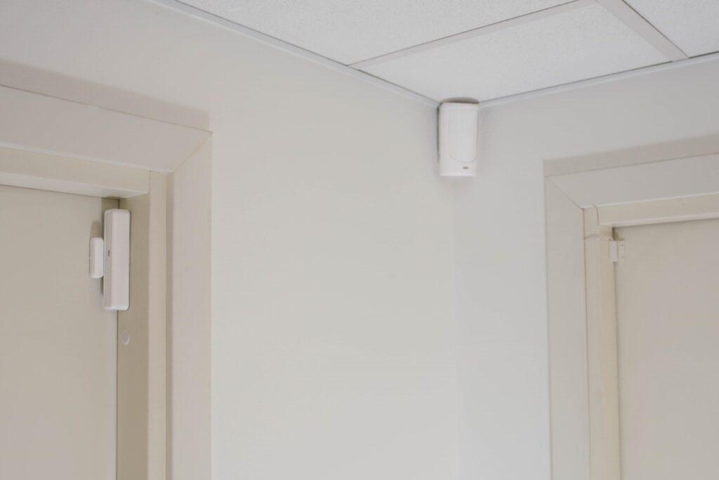 Правильная установка беспроводного извещателя EWD3 на 2-х соседних дверях, используя дополнительный проводной СМК