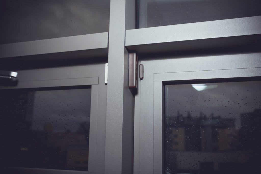 Пример правильной установки беспроводного извещателя EWD3 с магнитом в разных плоскостях на окне с металлической рамой