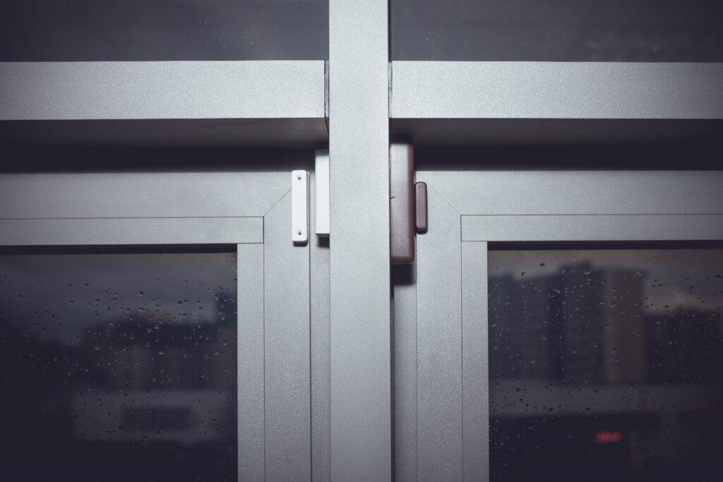 Правильная установка беспроводного извещателя EWD3 на 2-х соседних окнах с металлическими рамами, используя дополнительный проводной СМК